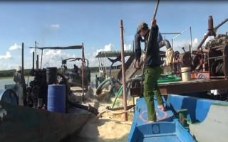 Bắt quả tang 3 tàu khai thác cát trái phép trong hồ Dầu Tiếng