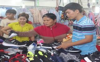 Nhộn nhịp phiên chợ cuối tuần cho thanh niên công nhân