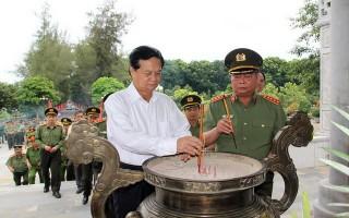 Lãnh đạo Bộ Công an viếng, dâng hương tại Nghĩa trang liệt sĩ Quốc gia Đồi 82
