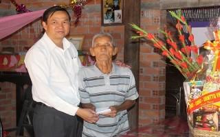Phó Chủ tịch UBND tỉnh thăm gia đình chính sách tại Gò Dầu