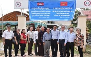 Uỷ ban MTTQVN tỉnh Tây Ninh: Tổ chức đoàn khám bệnh, tặng quà cho người dân Campuchia