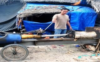 Thanh niên nông thôn chế tạo máy chẻ củi