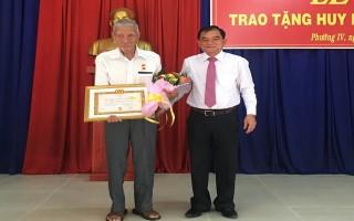 Phó Bí thư Thường trực Tỉnh ủy trao huy hiệu 70 năm tuổi Đảng cho đảng viên phường IV, TP.Tây Ninh