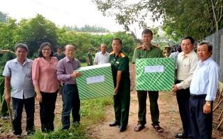 Lãnh đạo tỉnh thăm, tặng quà đơn vị làm công tác dân vận tại các địa phương