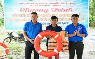 Châu Thành: Tặng áo phao và phao cứu sinh cho người dân sống ven sông Vàm Cỏ Đông