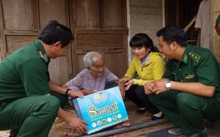 Đồn Biên phòng CKQT Mộc Bài: Tặng quà cho mẹ VNAH và gia đình chính sách