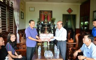 UB.MTTTQVN tỉnh Tây Ninh: thăm và tặng quà nguyên lãnh đạo Mặt trận tỉnh