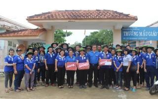 Tỉnh đoàn Tây Ninh thăm, tặng quà sinh viên tham gia chiến dịch Mùa hè xanh