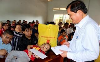 Phó Bí thư thường trực Tỉnh uỷ thăm, tặng quà cho NNCĐDC/dioxin