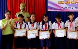 Thành phố Tây Ninh: Trao học bổng cho 20 học sinh vượt khó