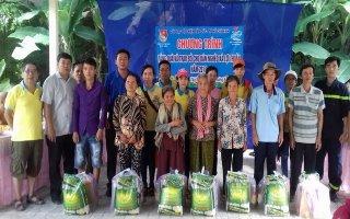 CLB Tâm Đức tặng quà cho người dân xã Lợi Thuận