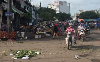 Thi nhau lấn chiếm lòng, lề đường khu vực chợ Long Hoa