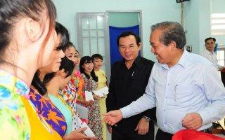 Phó Thủ tướng Thường trực Chính phủ thăm, tặng quà cho người dân huyện Tân Biên