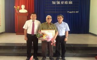 Trao huy hiệu 60 năm tuổi Đảng cho đảng viên huyện Bến Cầu