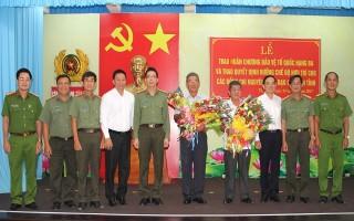 Trao Huân chương Bảo vệ Tổ quốc hạng ba cho đại tá Trần Hữu Đông