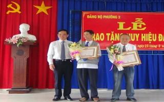 Bí thư Tỉnh ủy trao huy hiệu Đảng cho đảng viên lão thành