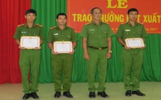 CATN: Khen thưởng đột xuất cán bộ, chiến sĩ công an Tân Châu
