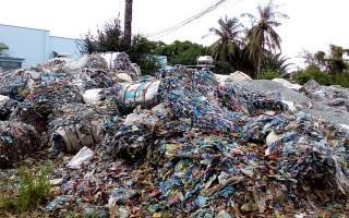 Bất lực nhìn cả trăm tấn rác công nghiệp gây ô nhiễm
