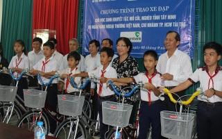 Trao xe đạp cho học sinh có hoàn cảnh khó khăn