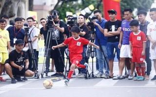 """Quang Hải, Văn Quyết, Thành Lương làm """"nóng"""" Ngày hội bóng đá đường phố Hà Nội"""