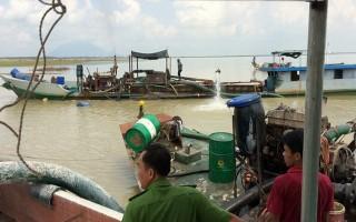 Bắt 3 tàu khai thác cát trái phép trong lòng hồ Dầu Tiếng