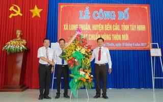 Xã Long Thuận đón bằng công nhận đạt chuẩn nông thôn mới