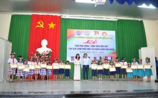 Trao học bổng cho học sinh hiếu học huyện Dương Minh Châu