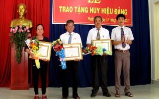 Thành uỷ Tây Ninh trao huy hiệu đảng cho 4 đảng viên ở phường IV