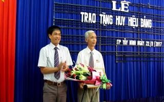 Trao huy hiệu 40 năm tuổi Đảng cho Trưởng Ban Dân vận Thành ủy Tây Ninh