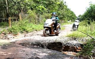 Đường nông thôn ở ấp văn hóa Bàu Lùn sạt lở nghiêm trọng