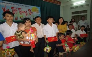 Thăm, tặng quà cho trẻ em có hoàn cảnh đặc biệt khó khăn