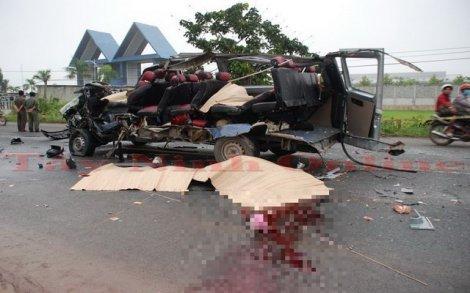 Xe khách đối đầu, 6 người chết