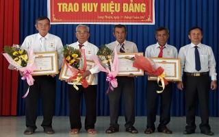 Bến Cầu: Trao huy hiệu Đảng cho 5 đảng viên