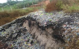 Một hầm chứa rác phế liệu gây lo lắng cho người dân