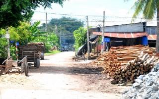 Người dân phàn nàn nhiều trại cưa hoạt động gây ô nhiễm và làm hư đường