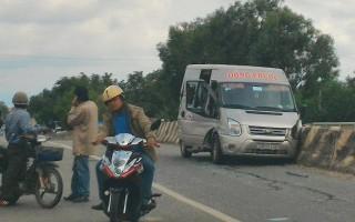 Né xe tải vượt phải, xe khách tông vào dãy phân cách