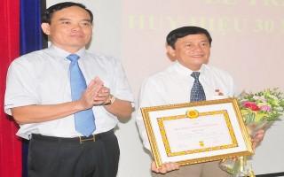 Chủ nhiệm Uỷ ban Kiểm tra Tỉnh uỷ và Phó chánh Thanh tra tỉnh nhận Huy hiệu 30 năm tuổi Đảng