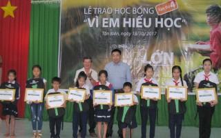 Viettel Tây Ninh trao học bổng cho học sinh vùng biên giới