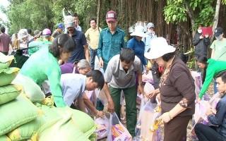 Khám bệnh, tặng quà cho 125 hộ dân bị ngập lụt ở ấp Rạch Tre