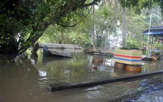 Nhiều nhà dân bị ngập trong nước lũ