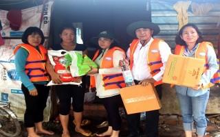 Cứu trợ người dân bị ngập lụt ở xã Biên Giới