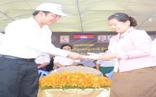 Lãnh đạo tỉnh Tây Ninh dự lễ hội đua ghe tại Campuchia