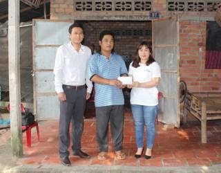 Chi đoàn Báo Tây Ninh: Trao tiền hỗ trợ cho người nghèo