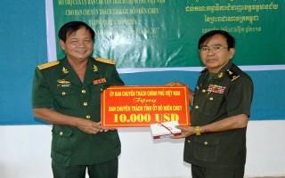 Trao kinh phí hỗ trợ các tỉnh thuộc Campuchia