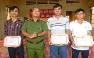 Gò Dầu: Khen thưởng quần chúng bắt trộm