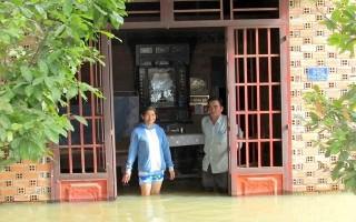 Một hộ dân kêu cứu vì nhà ngập