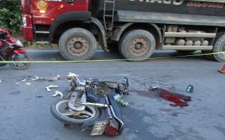Xe máy va chạm xe ô tô tải,một người nguy kịch