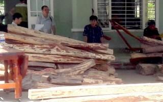 Bắt giữ 2 xe khách chở gỗ lậu