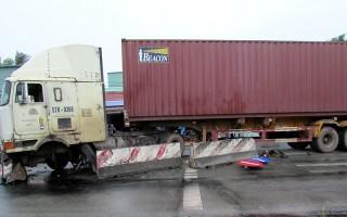 Lạc tay lái, container đâm vào dải phân cách