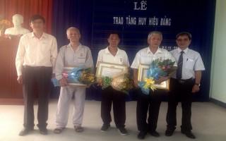 Trao huy hiệu 50, 45, 40 và 30 năm tuổi Đảng